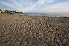 Ruhiger schöner und ruhiger sandiger Kalifornien-Strand und Pazifik Stockfoto
