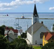 Ruhiger Schacht mit Kirche und Leuchtturm Lizenzfreies Stockbild
