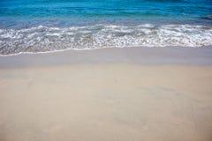 Ruhiger See auf dem Strand Stockbilder