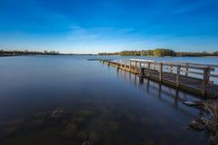 Ruhiger See in der langen Belichtung Stockbilder