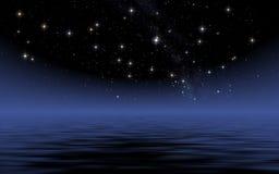 Ruhiger See in der sternenklaren Nacht Stockfotografie