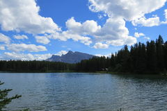 Ruhiger See an einem schönen Tag stockfotos