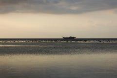 Ruhiger See Holdning das Boot Stockfotos
