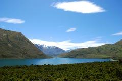 Ruhiger See innerhalb der Berge Stockbilder