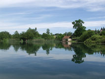 Ruhiger See mit den Wolken reflektiert im Wasser Stockfoto