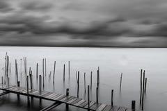 Ruhiger See mit drastischem Himmel Stockfoto