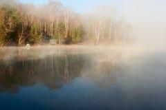 Ruhiger See mit Haus am Morgen Lizenzfreie Stockbilder