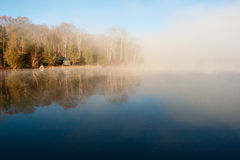 Ruhiger See am Morgen Stockfotos