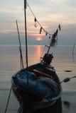 Ruhiger See und Himmel während des Sonnenuntergangs Stockfotografie