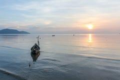 Ruhiger See und Himmel während des Sonnenuntergangs Lizenzfreie Stockfotos