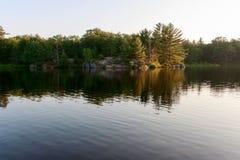 Ruhiger See unter dem wilden morgens Stockbild