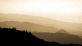 Ruhiger Sonnenuntergang über Bergen Stockbild