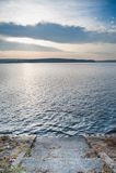 Ruhiger Sonnenuntergang über dem See Stockfotografie