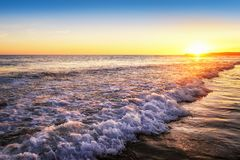 Ruhiger Sonnenuntergang auf dem Strand Lizenzfreies Stockfoto
