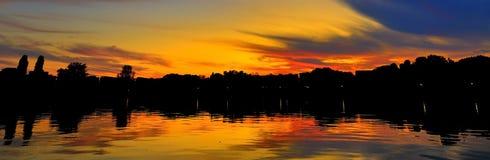 Ruhiger Sonnenuntergang auf einem ruhigen See Stockfotografie