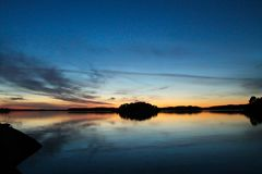 Ruhiger Sonnenuntergang in dem Meer lizenzfreies stockfoto