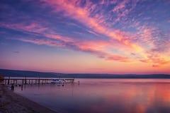 Ruhiger Sonnenuntergang/Sonnenaufgang auf einem See lizenzfreies stockbild