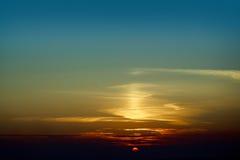 Ruhiger Sonnenunterganghimmel Stockfotos