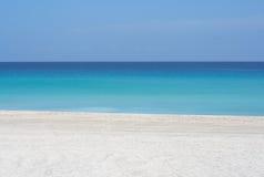 Ruhiger Strand des weißen Sandes Lizenzfreie Stockfotos