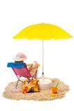 Ruhiger Strand mit Frau im Stuhl Stockbilder