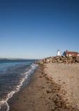 Ruhiger Strand mit Leuchtturm Lizenzfreie Stockfotografie