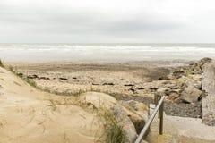 Ruhiger Strand in Normandie stockfotos