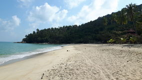 Ruhiger Strand in Thailand, im blauen Himmel, im blauen Wasser, im weißen Sand und im grünen Berg Lizenzfreie Stockbilder