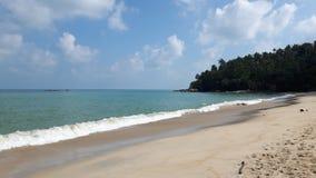 Ruhiger Strand in Thailand, im blauen Himmel, im blauen Wasser, im weißen Sand und im grünen Berg stockfoto