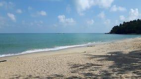 Ruhiger Strand in Thailand, im blauen Himmel, im blauen Wasser, im weißen Sand und im grünen Berg stockbild