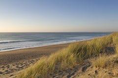 Ruhiger Strand und Sanddünen. Stockfotografie