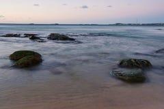 Ruhiger Strandsonnenaufgang Stockfotos