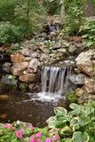 Ruhiger Teich u. Wasserfall Lizenzfreie Stockfotografie