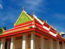 Ruhiger thailändischer Tempel, der in blauen Himmel ansteigt lizenzfreie stockbilder
