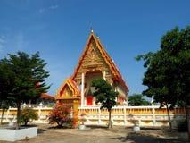 Ruhiger thailändischer Tempel gebadet im Morgenlicht stockbilder