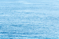 Ruhiger tropischer Ozean dehnt zum Horizonthintergrund aus Lizenzfreies Stockbild