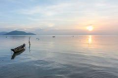 Ruhiger tropischer Sonnenuntergang in den Hintergrundbooten Lizenzfreies Stockfoto