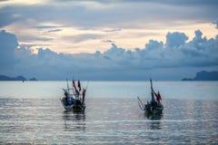 Ruhiger tropischer Sonnenuntergang in den Hintergrundbooten Lizenzfreie Stockbilder