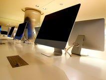 Ruhiger und entspannender Arbeitsbereich Computer in einem offenen Raum lizenzfreie stockfotografie