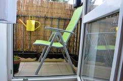 Ruhiger und gemütlicher Platz für entspannen sich im kleinen Balkon, kleine Anlagen im Töpfe arround Grünstuhl Stockbilder