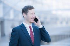 Ruhiger und ruhiger Mann, der am Telefon spricht Stockfoto