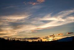 Ruhiger und schöner gelber Sonnenuntergang stockbild