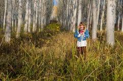 ruhiger Weg durch den Wald Stockbilder
