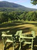 Ruhiges Adirondack sitzt dem Gegenüberstellen der Berge vor Lizenzfreie Stockfotos