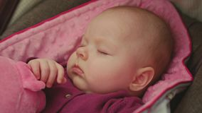 Ruhiges Baby, das in einem Auto Seat schläft lizenzfreie stockfotografie