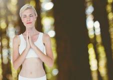 Ruhiges Beten des Frauen-meditierendes Yoga im Holz stockfotografie