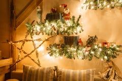 Ruhiges Bild des modernen Hauptinnenwohnzimmers verzierte Weihnachtsbaum und Geschenke, Sofa, die Tabelle, die mit Decke bedeckt  Stockfotos