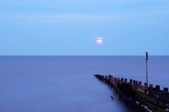 Ruhiges blaues Meer Stockfotografie