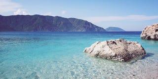 Ruhiges blaues Meer und Felsen Kleiner Strand in der Türkei Stockbilder
