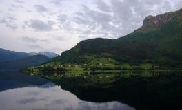 Ruhiges Dorf durch Hardangerfjord in Norwegen Lizenzfreies Stockbild