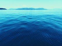 Ruhiges entferntes Wasser Stockfotos
